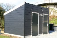 B21 - 2 Bergingen aaneen dubbelwadnig houtskelet eternit sidings zwart-lessenaarsdak-golfplaten