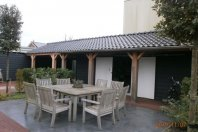 Berging - overkapping dubbelwandig houtskelet - plat dak ondersteund middels douglas palen