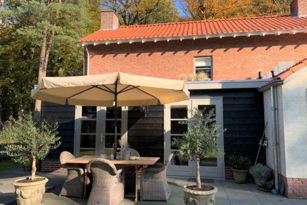 A0 Aanbouw 660 x 370 totaalhoogte 260 cm houtskelet bekleed met zwarte douglas potdekseldelen, plat nastiek dak
