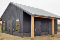 SP28 Stal 800x800 dubbelwandig houtskelet bekleeed met chanel sidings, zadeldak met stalen goflplaten