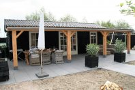 T23 Tuinhuis 1000x400 cm met overkapping 1000x300 ondersteund middels douglas palen, houtskelet - potdeksel, zadeldak pannen