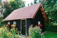 T8 Tuinhuis 630x505 dubbelwandig houtskeletbouw-(potdeksel zwart), zadeldak 45 graden pannen