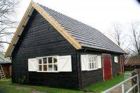 G37 Garage 930x630cm dubbelwandig houtskelet-zwarte potdekseldelen-zadeldak gebakken pannen