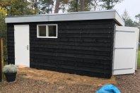G7 Garage 600 x 350 totaalhoogte 270 cm dubbelwandig houtskelet / buitenzijde zwarte douglas potdekseldelen, plat dak