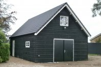 G2 Garage 1000 x 600 met een zijwandhoogte van 260 cm dubbelwandig houtskelet / zwarte douglas potdekseldelen, zadeldak pannen