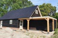 G4 Garage afm. 1200 x 600 met een zijwandhoogte van 250cm houtskeletbouw met zwarte douglas potdekseldelen, zadeldak pannen
