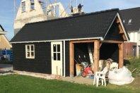 G5 Garage met overkapping afm. 800 x 320 met een zijwandhoogte van 215 cm houtskelet met zwarte douglas potdekseldelen, douglas palen 20x20, zadeldak pannen